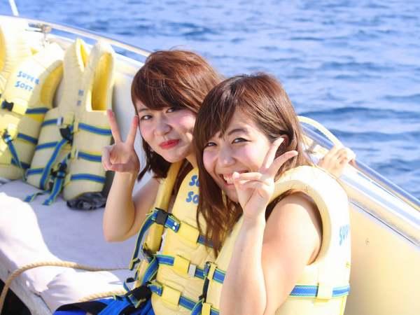 ボートで笑顔の女性2人組